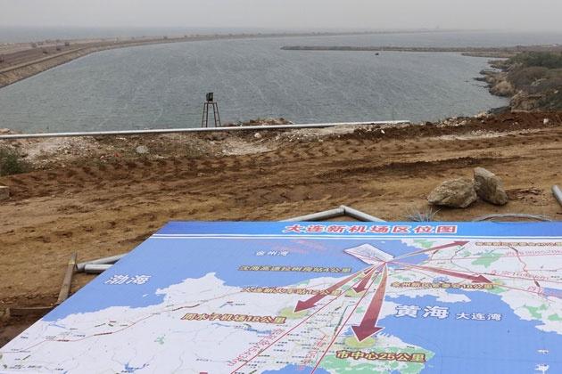 9月14日,众多运输土石方重型卡车穿梭在辽宁省大连新机场建设工地。 2014年9月14日,辽宁省大连市甘井子区北部的大连新机场建设工地,众多重型卡车往返山海之间,将附近挖山的土石方填到海里造机场。而大连新机场的总平面图(概念性规划)、新机场沿岸商务区概念性总体规划等图于当日亮相。