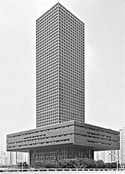 就是法国的巴黎铁塔,当时建的时候很多巴黎的名人给