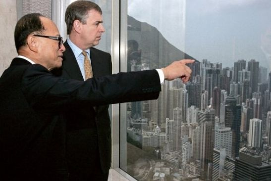 """""""超人""""的资金去哪儿了?一边是接连出手抛售香港及大陆的资产,另一边却是大手笔在欧洲进行兼并收购,华"""