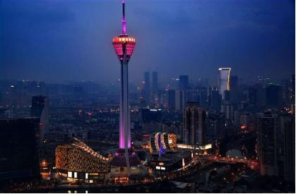 如果去上海,必须去的地方是哪儿?没错!外滩东方明珠!所以在建筑的世界里,长得高、门面儿好、实力雄厚的也像人类的高富帅一样惹人注目。到成都,极目成都天际线最好的位置,一定是成都339旋转餐厅。同时,塔前蜿蜒而过的府南河,无形之中又为成都339增添了一丝浪漫气息。 成都国际金融中心(成都IFS) 申请优势:春熙商圈最大商业综合体