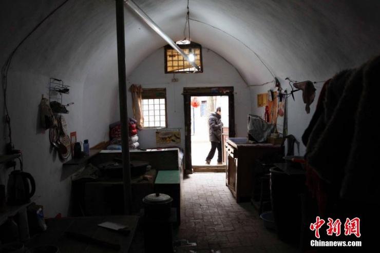 """河南省三门峡市陕县的陕塬上,星罗棋布的村庄散落着数以万计的奇特民居——地坑窑院。地坑窑院又称""""下沉式"""