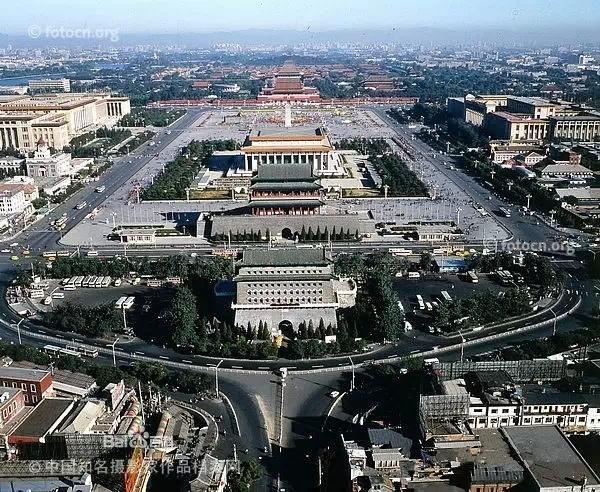 在风水学当中,凡是帝王陵寝都讲究:前有照,后有靠。