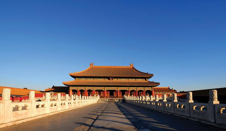 故宫始建于公元1406年,1420年基本竣工,由明朝皇帝朱禄始建。故宫南北长961米,东西宽753