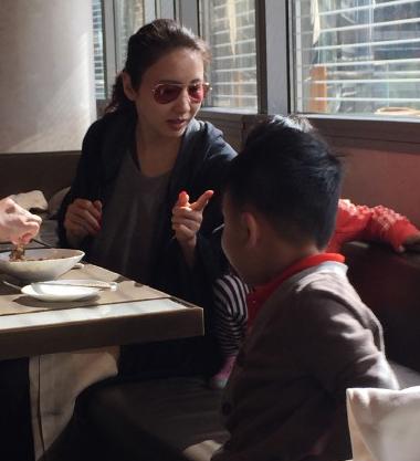 春节黎姿带着女儿赴迪拜度假,照片中黎姿纯素颜入镜,对于被拍丝毫没有
