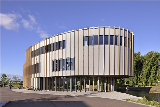 设计师运用木条和竖向铝片构件覆盖在钢和玻璃组合的立面上面,这样