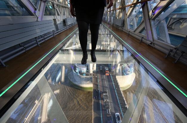 晤士河伦敦塔桥上的玻璃人行道路