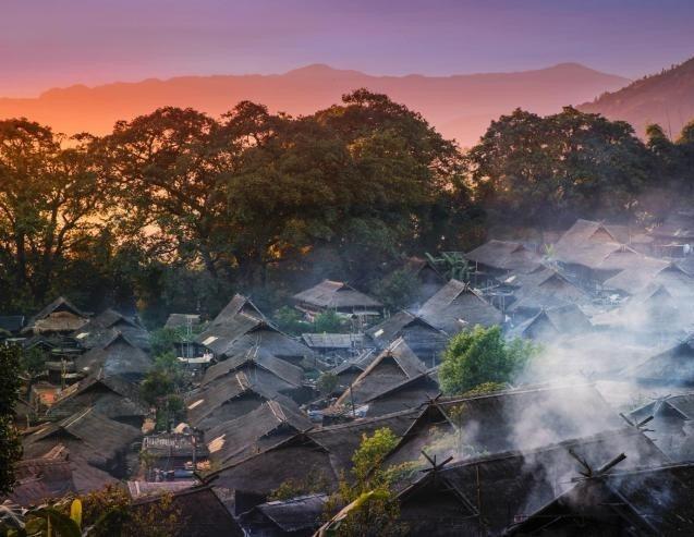 """翁丁佤语称""""am diem""""或""""om diem"""",意为水边的寨子,也有云雾缭绕的地方之意。翁丁位于沧"""