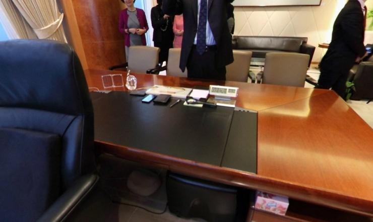 在李嘉诚的办公桌上,有两块小玻璃,上面是李自己写的两段话,一段是:求百事之荣,不如免一事之辱;邀千人