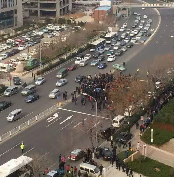 爆料 青岛出租车围堵滴滴公司 抗议拼车上线