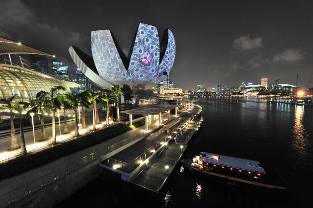 新加坡2014年产生的建筑垃圾总量为126.97万吨,其中得到回收利用的126万吨,回收率99%。 新加坡国家环境局表示,由于钢筋条、木材和混凝土等建筑垃圾具有经济价值和市场需求,垃圾收集商会在建筑工地现场进行垃圾分类,之后再送至工厂进行回收利用,从中获取利润,如果直接把垃圾送到焚化厂或者实马高填埋场,垃圾回收商反而需要支付相应的垃圾处理费用。 对于建筑垃圾回收工厂,新加坡环境局还通过出租土地的方式予以支持,这些工厂回收的建筑垃圾占据新加坡全部建筑垃圾回收份额的80%至90%。新加坡政府也出台了建筑拆除