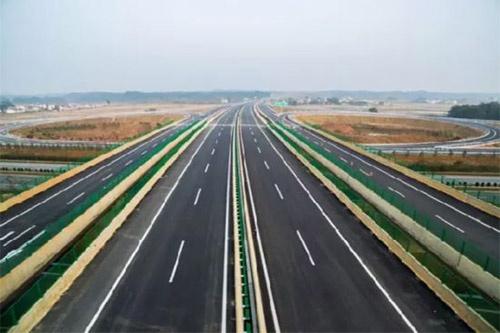 东接南昌西外环高速公路与南昌市红谷滩区九龙湖