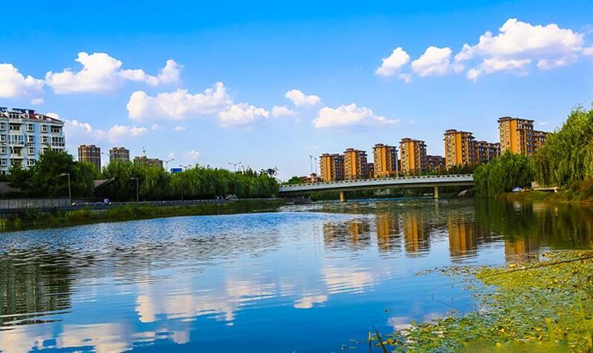 李村河、楼山河已开工建设 李村河上游已经整治完成,现在俨然成了李沧一景,而从2014年开始李村河中游也已经开始了变身,目前已经出现景观。李村河中游整治工程西起君峰路,东至青银高速,全长约3.0公里,整治内容包括防洪、截污、景观绿化、桥梁等,总投资约3.9亿元,延续了李村河上、下游新型生态河道的设计定位。通过河道清淤、木栈道建设、塑石修补等,10月份开始在两岸种植观赏植物,铺设观赏道路,并开始蓄水工作。预计整个中游的整治工程将于明年9月前完成,届时李村河将变身景观大道,成为市民休闲观景的好场所。 此