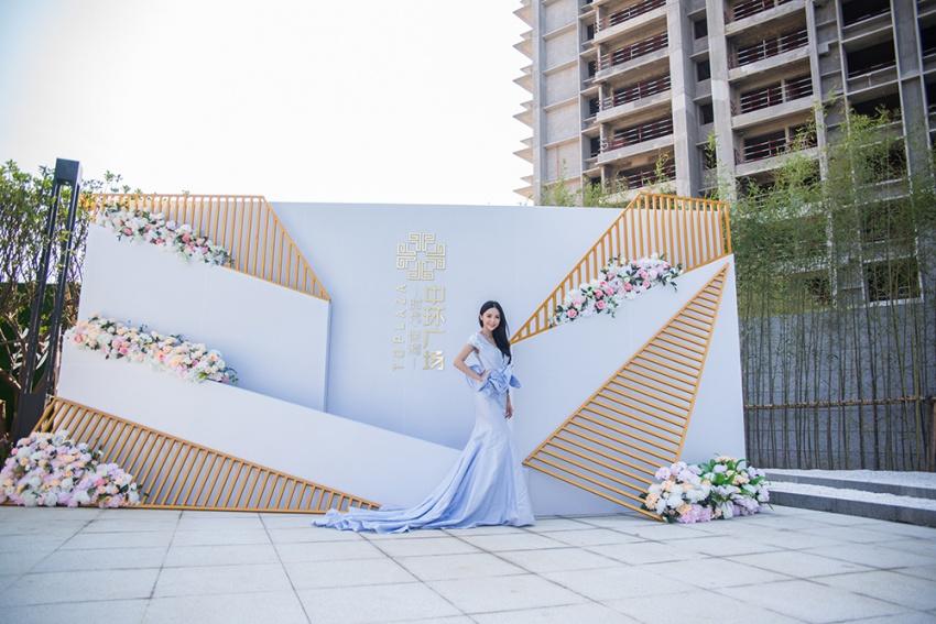 利落白金配以雅致鲜花,唯美花艺留影墙让人一见驻足.图片