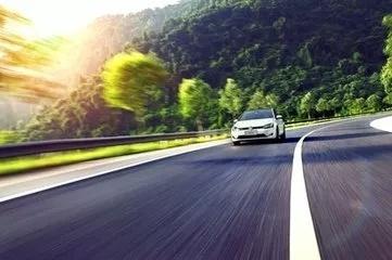 我国首条超级高速公路2022年建成 未来电动车可边跑边充电