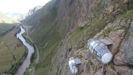 吊在懸崖上的透明房子
