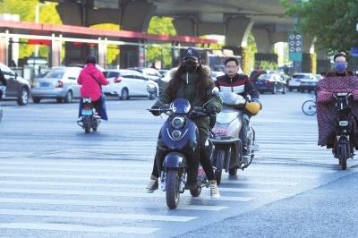 郑州市区:行人随意翻越护栏,可能要被行政拘留